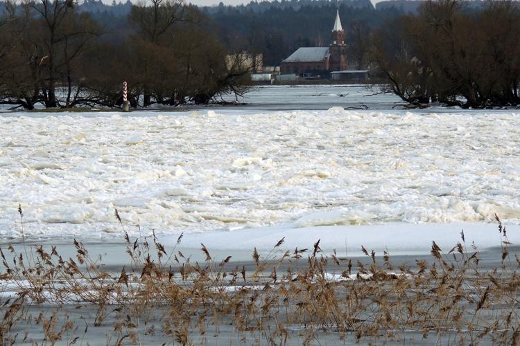 Zackige Eisgebirge bedecken den Oderstrom